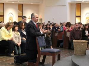 Vidente Ivan em oração antes da aparição de Nossa Senhora no dia 28 de abril de 2013 em Middletown, Estados Unidos.