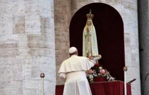 papa francisco reza diante da imagem de nossa senhora de fatima